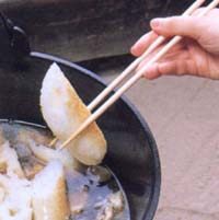 きりたんぽ鍋の作り方 たんぽを手ごろな大きさに切って入れます